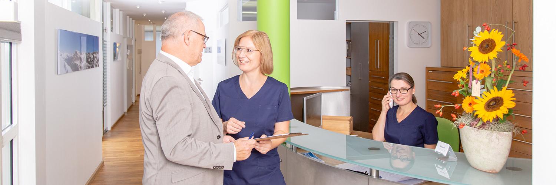 Zahnarzt Pfaffenhofen - Dr. Hörauf - an der Rezeption der Praxis